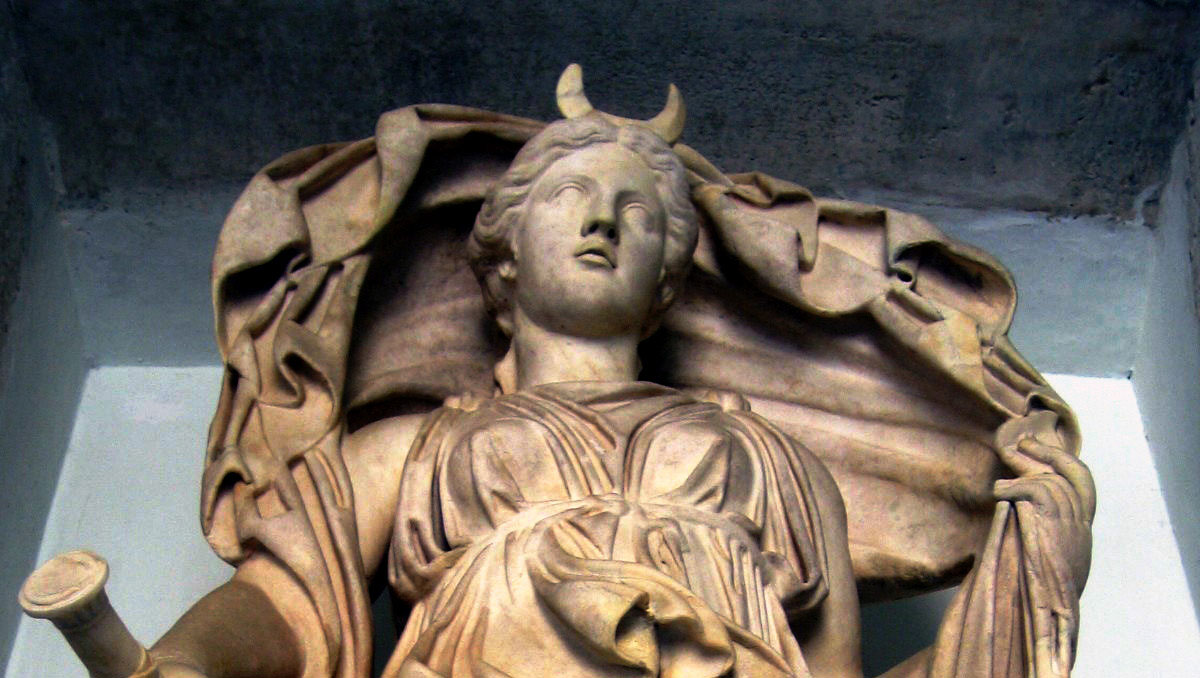 01-selene-statue-roman-bath